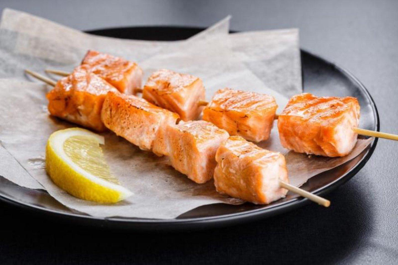Мини-шашлычки из ароматного лосося