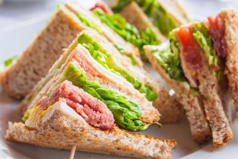 Мини-сэндвич с лососем и перепелиным яйцом