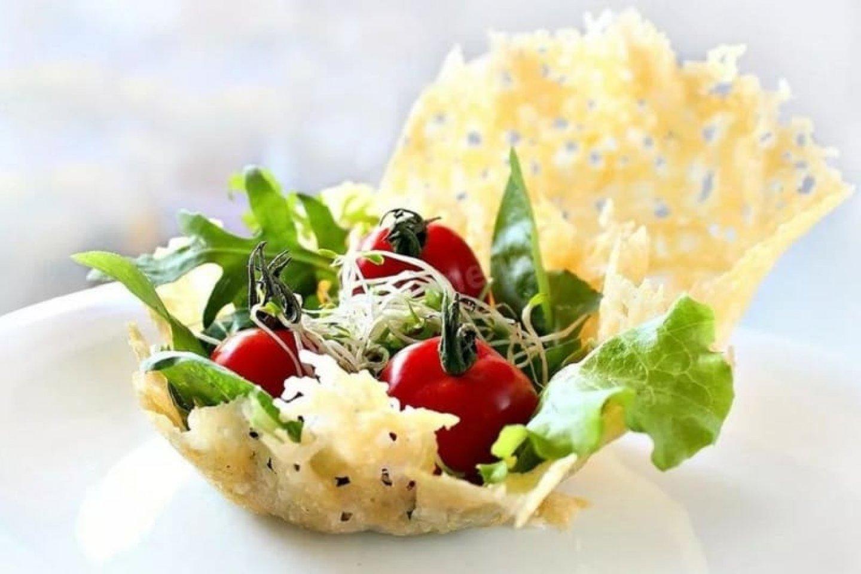 Салат с мини-моцареллой,черри-томатами,вялеными томатами,рукколой