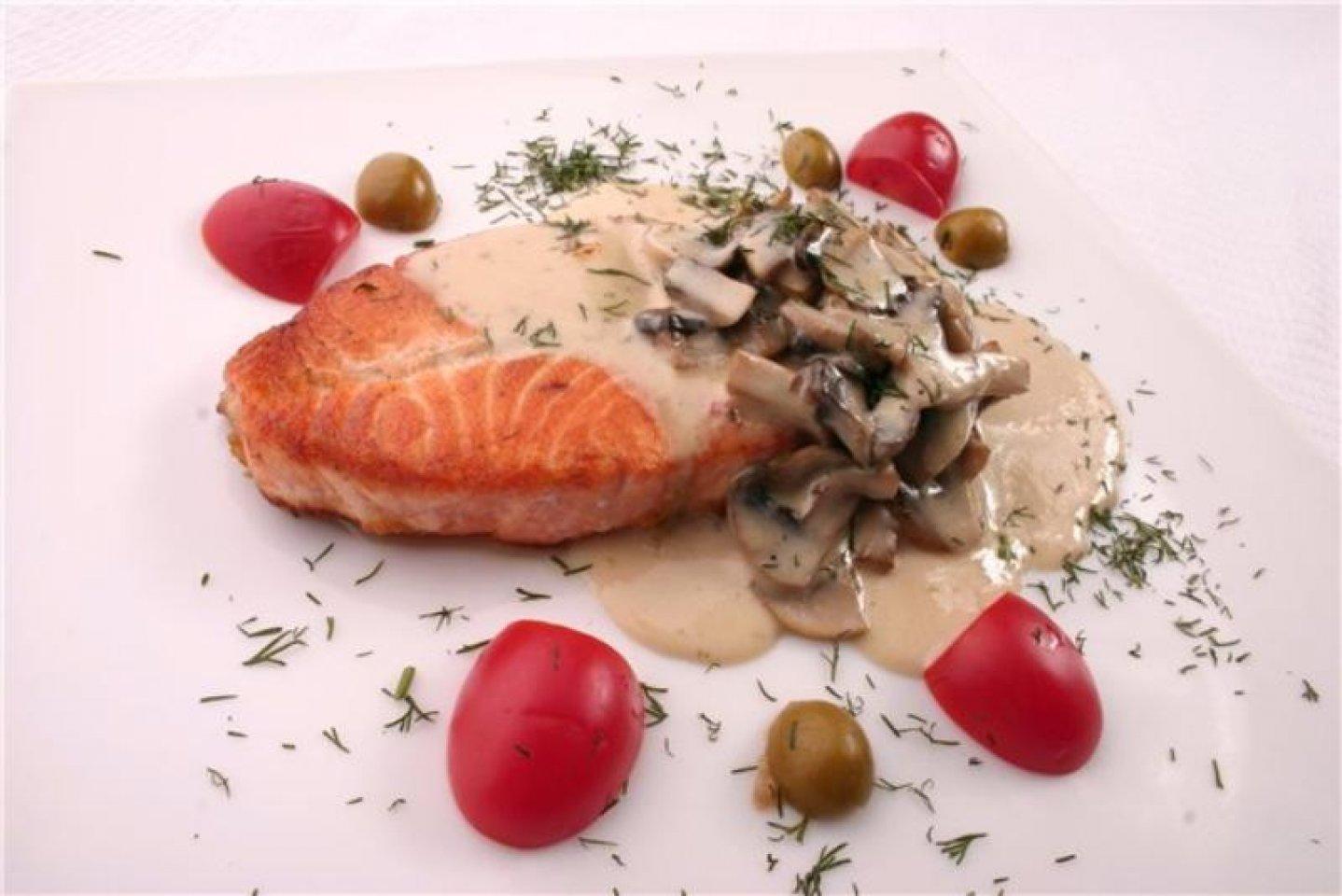 Стейк из лосося в сливочном соусе с грибами и беконом