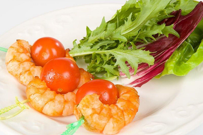 Канапе с креветкой и помидором-черри