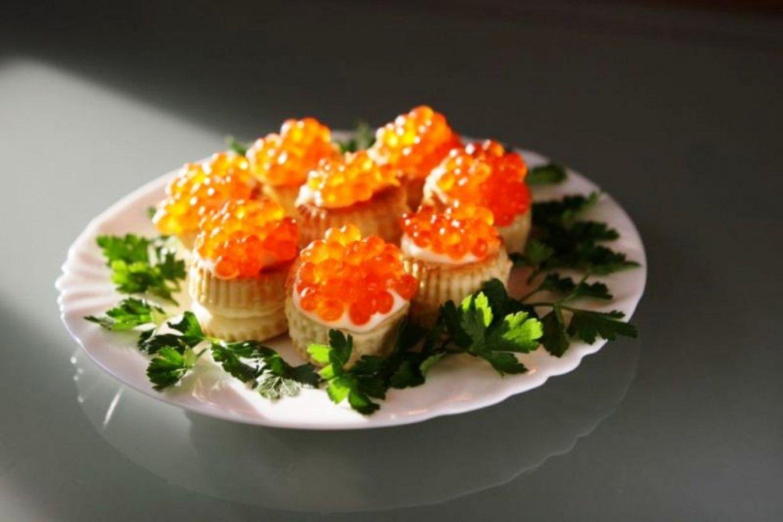 Оливье из лосося с красной икрой