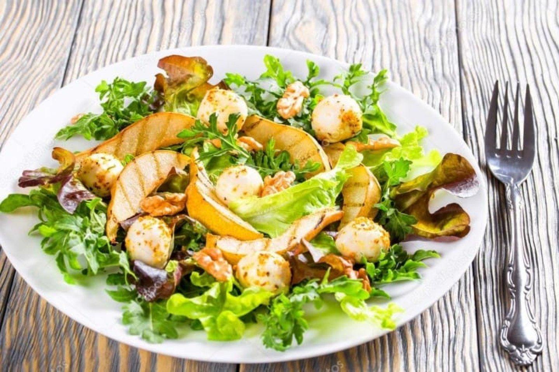 Салат из пряной груши с моцареллой