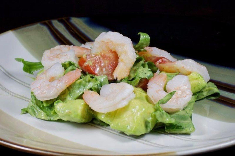 Креветки на гриле с салатом из огурцов, авокадо и лайма