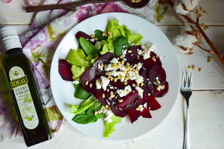 Салат из молодой свеклы с козьим сыром и кедровыми орешками