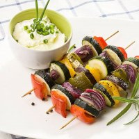 Мини-шашлычки из овощей с соусом песто