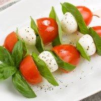Мини-моцарелла с вялеными томатами и помидором-черри