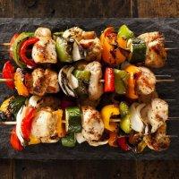 Мини-шашлычки из судака и лосося с цветным перцем