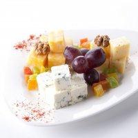 Сыр Дор-Блю с грушей и виноградом