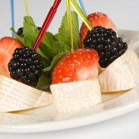 Сыр Дор-Блю с клубникой и голубикой