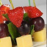 Канапе с сыром чечил и виноградом