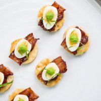Канапе с лососем и перепелиным яйцом