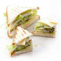 Сэндвич с сулугуни, редисом и палтусом