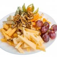 Сыр Маасдам с грецким орехом и виноградом