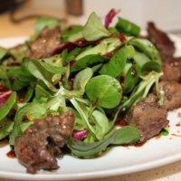 Салат с карамелизированной куриной печенью