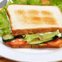 Сэндвич с куриным филе, огурцом и сливочным сыром