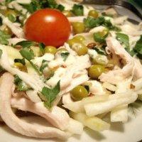 Аппетитный салат из куриного филе,зеленой редьки, перепелиных яиц и лука фри