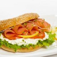 Мини-сэндвич с лососем и травами